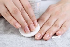 Протираем ногти ватным диском