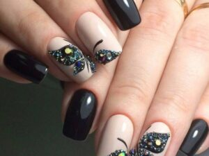 Весенний дизайн бабочки на короткие ногти