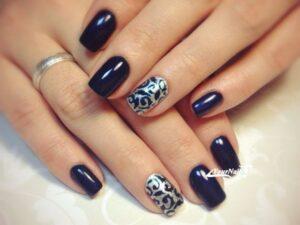 Серебристо-синий маникюр на короткие ногти