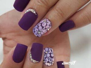 Фиолетовый цветочный маникюр