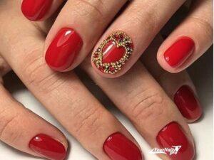 Красный маникюр на короткие ногти с бульйонками