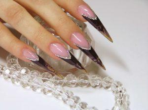 Ногти формы стилет, готика
