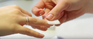 Обрабатываем ногти жидкостью для снятия шеллака
